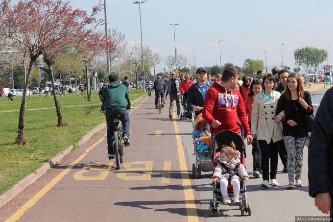 Велодорожка и пешеходы в Стамбуле