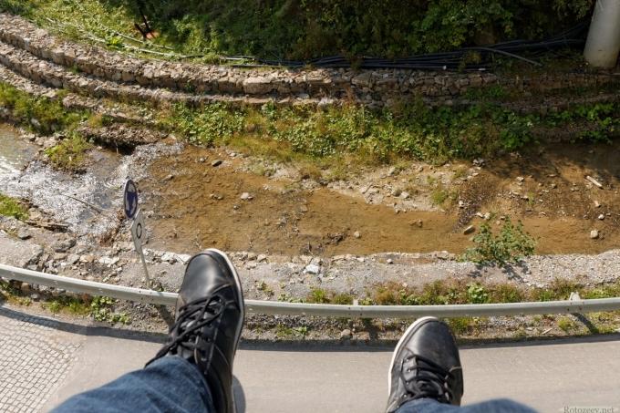 Вид на мои ноги. Подъемник на Буковеле.
