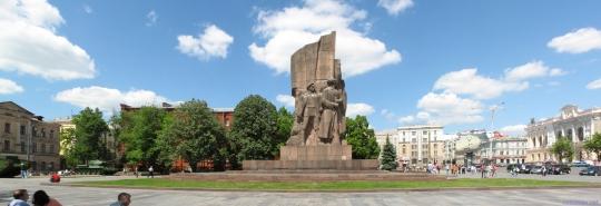 Памятник трое из ломбарда несут холодильник