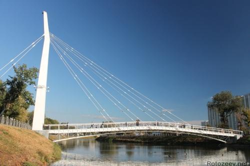 Новый пешеходный мост над рекой Харьков