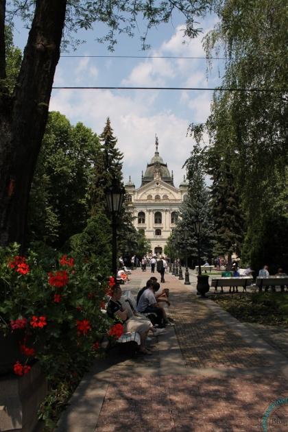 Сквер в Кошице, вдали ратуша, там свадьбы.