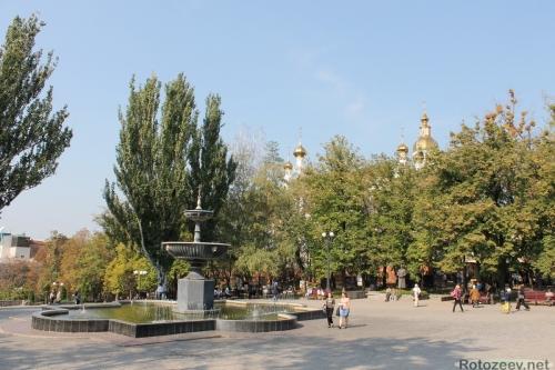 Фонтан близ монастыря в центре Харькова