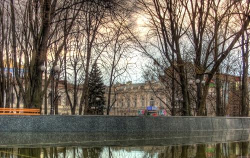 Зеркальная струя холодной осенью